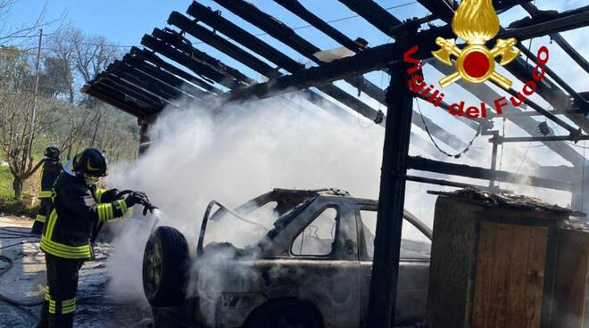 auto a fuoco treggiaia pontedera incendio