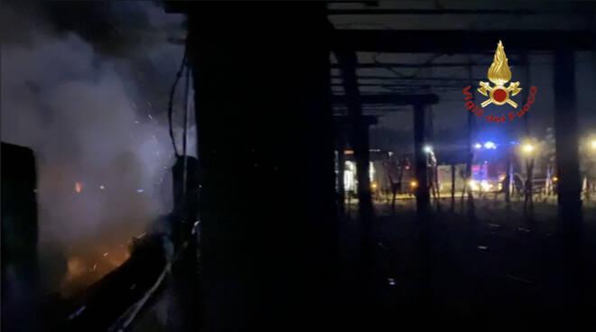Baracche in fiamme a Viareggio