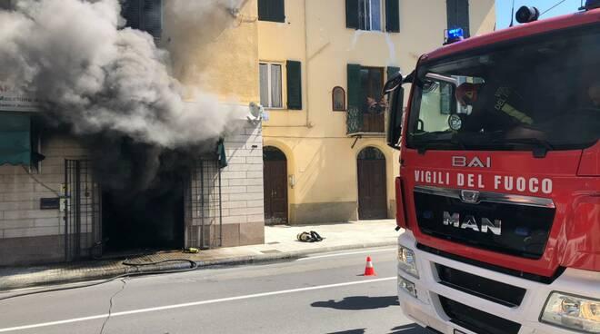 Incendio negozio Carrara Fornaci