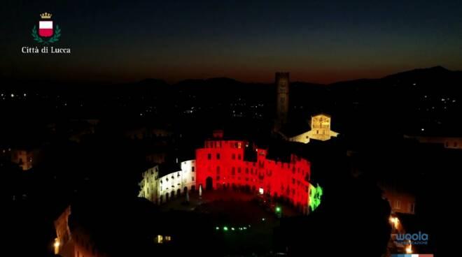 piazza anfiteatro tricolore messaggio fondo mutuo soccorso videoclip