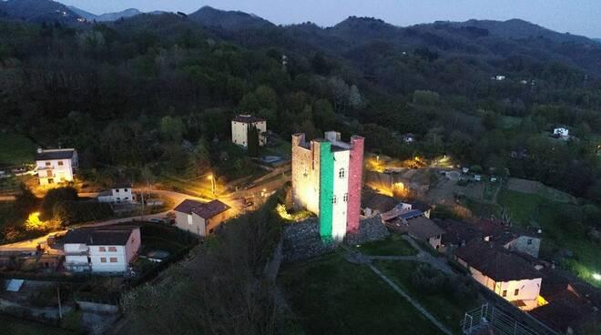 Torre Ghivizzano illuminata con il tricolore