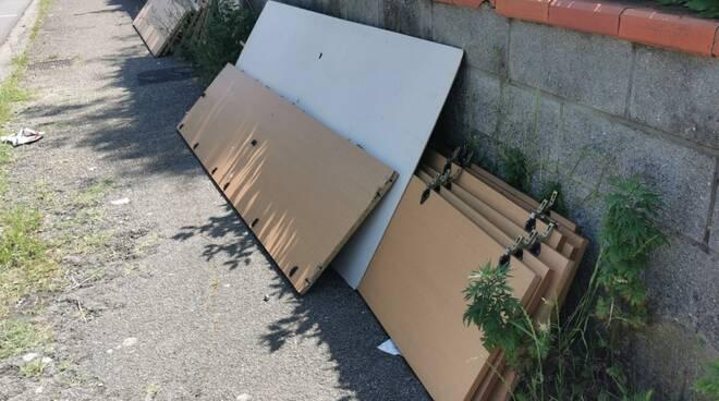 abbandono di rifiuti ingombranti sul marciapiede di via Amendola a Santa Croce sull'Arno