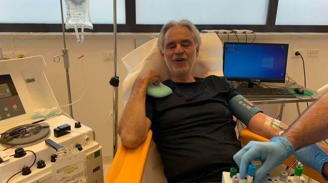Andrea Bocelli dona plasma in Aoup