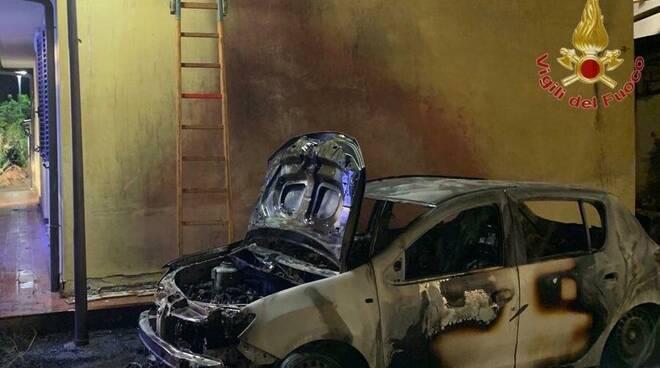 auto a fuoco a pisa notte 28 maggio