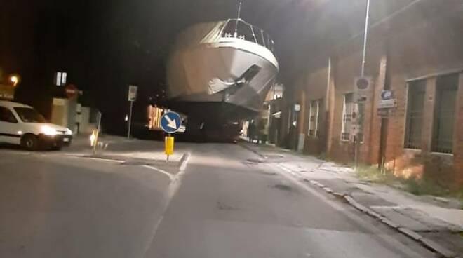 Barca incastrata Darsena Viareggio