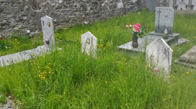 Stato di abbandono al cimitero di San Pellegrino in Alpe