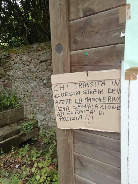 cartello vorno invito mascherine o segnalazione polizia