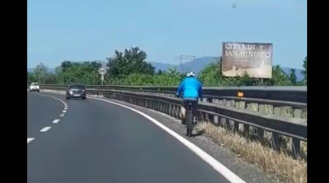 ciclista in superstrada bici fipili 21 maggio 2020