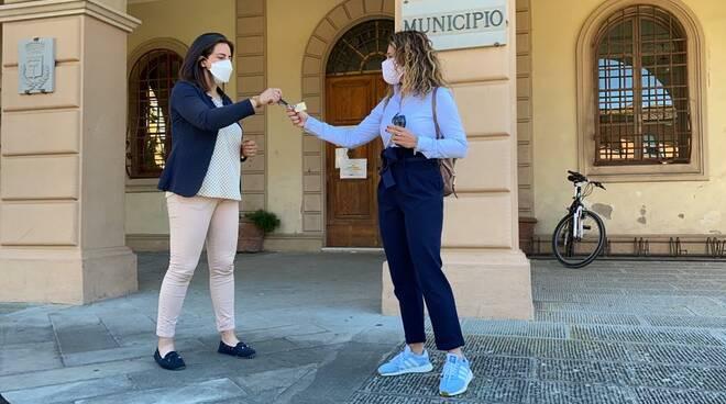 commercianti consegnano le chiavi al sindaco di Altopascio