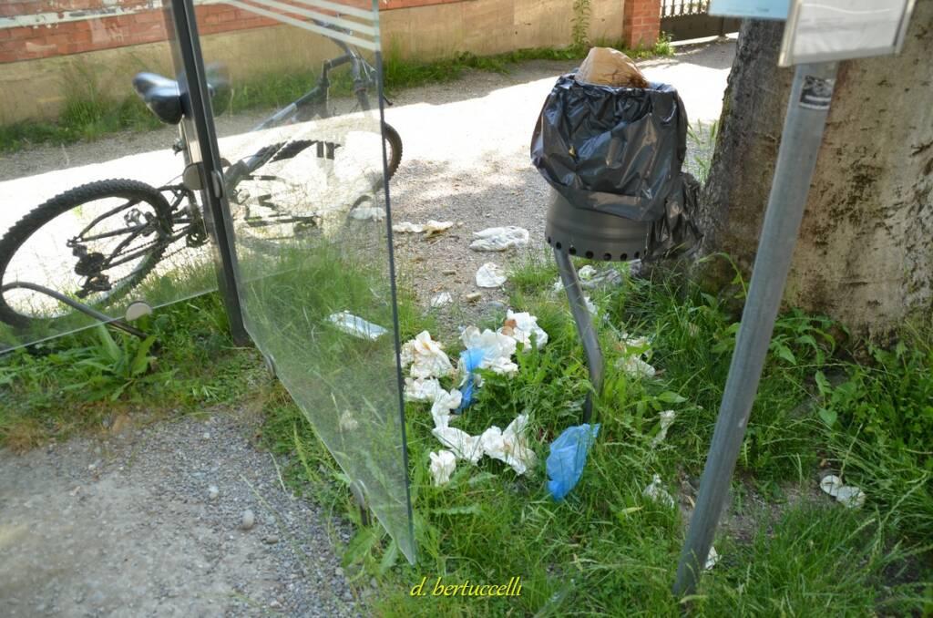 Rifiuti intorno ai cassonetti e ai cestini Lucca maggio 2020