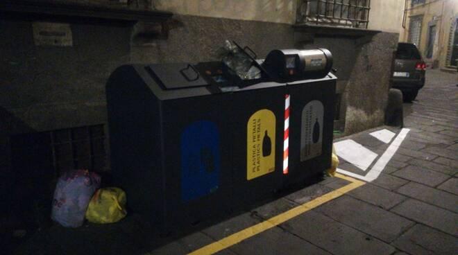 Siamo Lucca polemica rifiuti centro storico cassonetti Garby