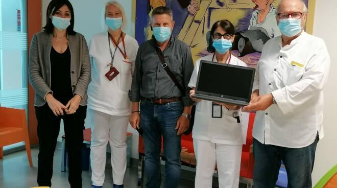 Associazione Salvemini dona comupter pediatria al San Luca