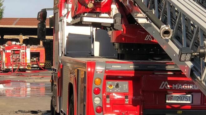 Lugnano capannone Vicopisano incendio vigili del fuoco