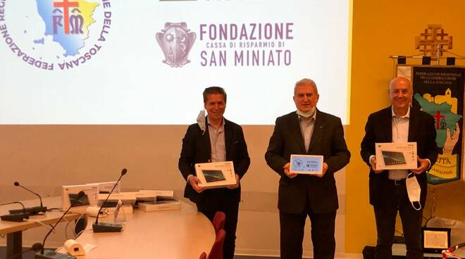 Massimo Cerbai, Alberto Corsinovi e Alberto Guicciardini Salini con i tablet donati