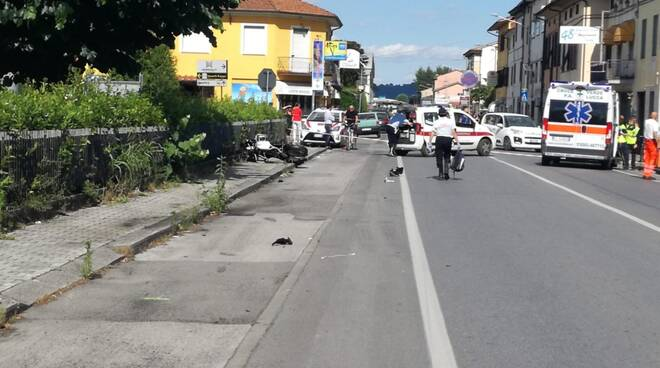 Tragico scontro tra scooterone e moto: 3 vittime