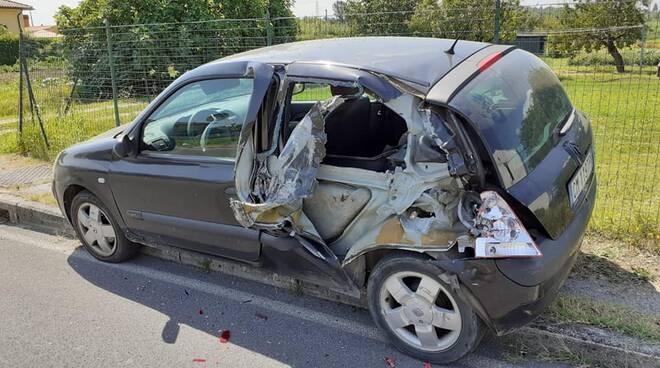 automobile sventrata via dei tavi castelfranco di sotto