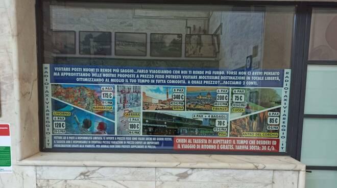 Cartello consorzio abusivo di tassisti alla stazione di Viareggio
