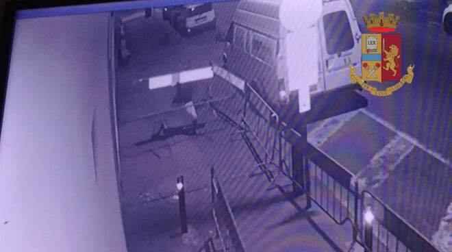 danneggiamento porta ingresso polizia Lucca questura