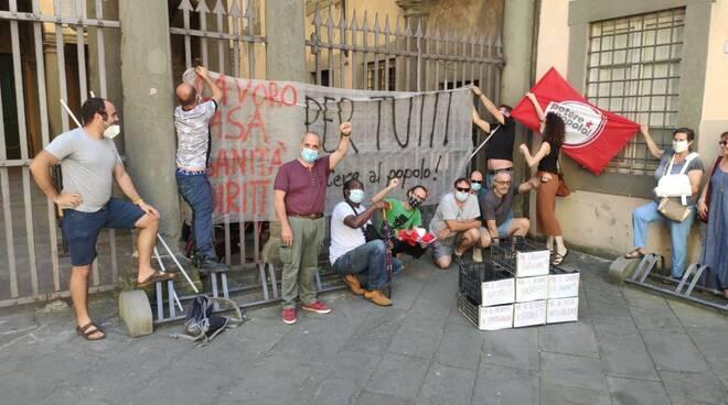 presidio emergenza sociale Potere al Popolo Lucca Palazzo Santini