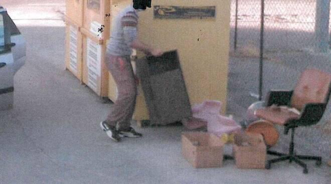 rifiuti abbandonato fototrappole multe polizia municipale Altopascio