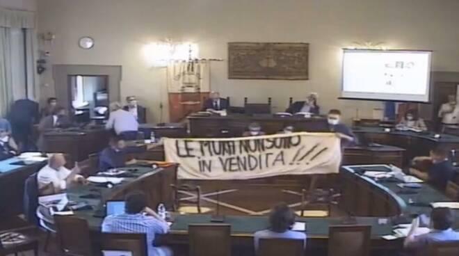 striscione mura vendita consiglio comunale Lucca