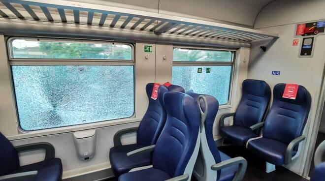 vetri rotti sui treni in stazione a san romano