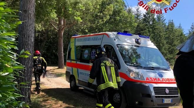vigili del fuoco con ambulanza