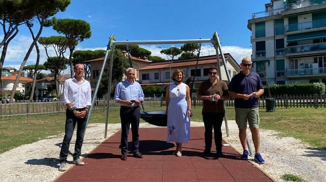 altalena inclusiva parco giochi via Zara Viareggio