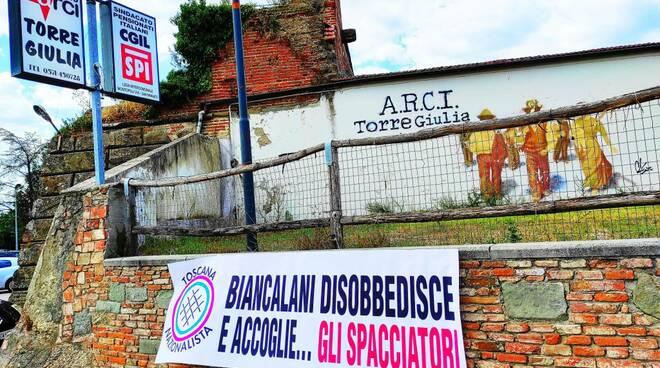 """""""Biancalani disobbedisce e accoglie ...gli spacciatori"""", nuovo striscione a Torre Giulia"""