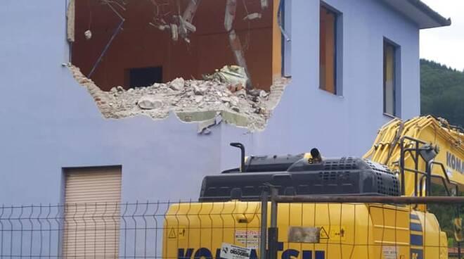 Demolizione scuola Camporgiano