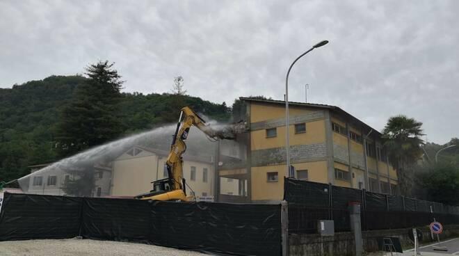 demolizione scuola per nuovi ambulatori a Gallicano