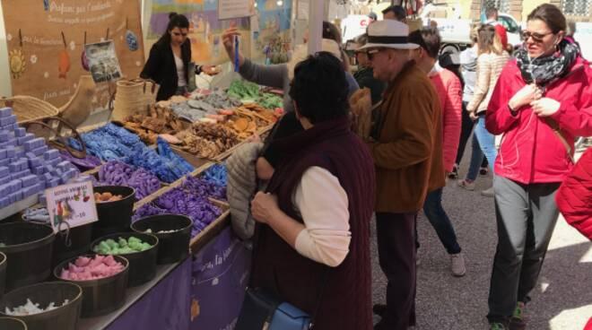 Foto mercatino regionale francese piazza Napoleone stand