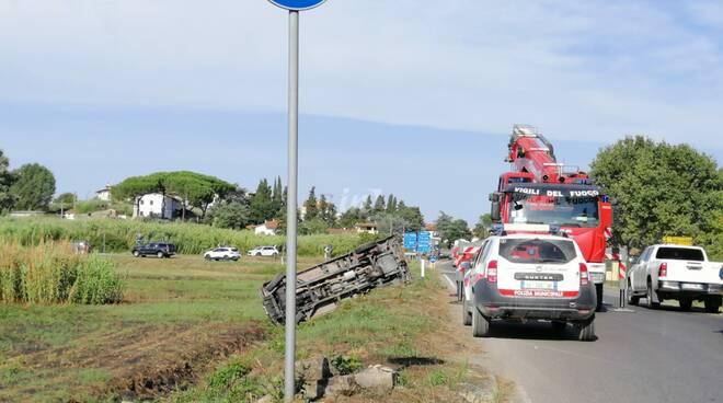Incidente alla rotatoria di Capanne, si ribalta la campagnola dei vigili del fuoco