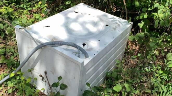 lavatrice abbandonata in via di Vicopelago