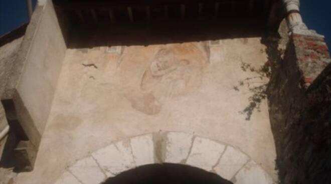 porta a piastri prima del restauro Coreglia