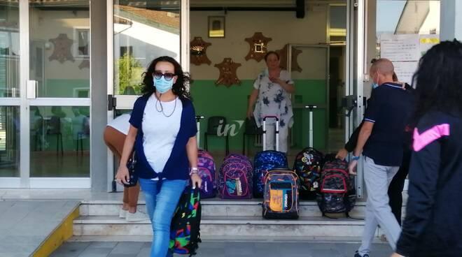 Primo giorno di scuola a Ponte a Egola, genitori, vigili del fuoco e giunta davanti alle elementari di via Gioberti