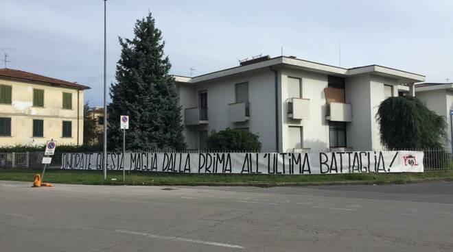 striscione esterno stadio Porta Elisa prima Pergolettese