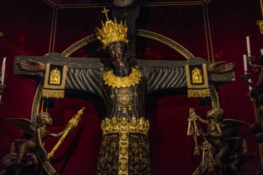 Torna la tradizione della vestizione del Volto Santo