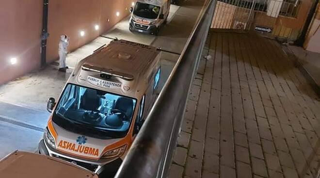 ambulanze covid in fila al pronto soccorso di cisanello di pisa