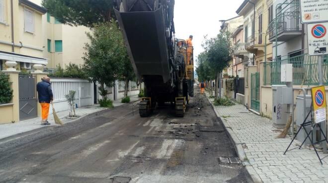 Asfaltatura in via Vespucci a Viareggio