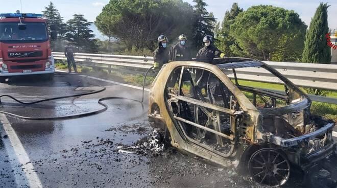 Auto a fuoco a Prato ovest