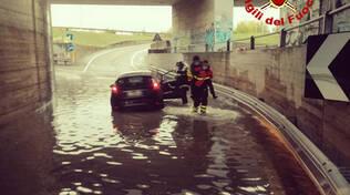 Auto bloccata nel sottopasso allagato ad Arezzo