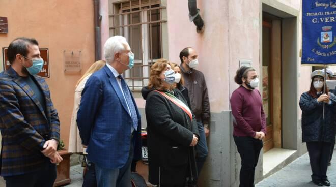 Ilaria parrella con eugenio giani lapide vincenzo galilei