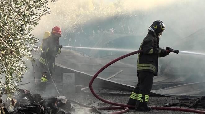 incendio annesso agricolo Zone Capannori vigili del fuoco