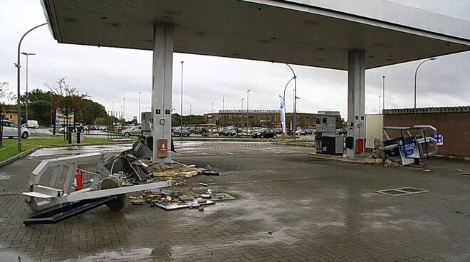 Ladri con la ruspa svaligiano il distributore di carburante