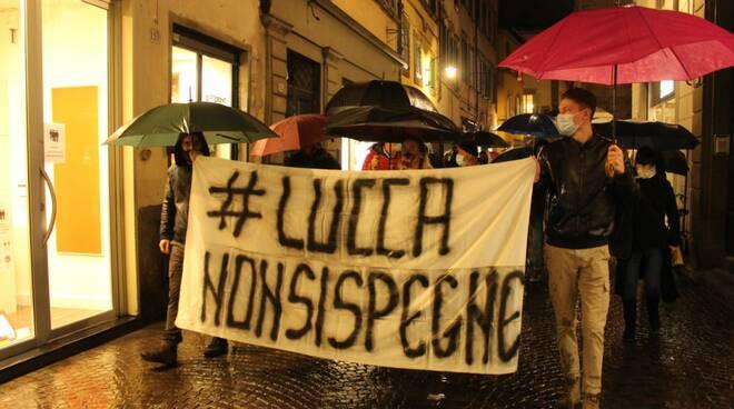 Protesta dei commercianti in piazza Anfiteatro a Lucca