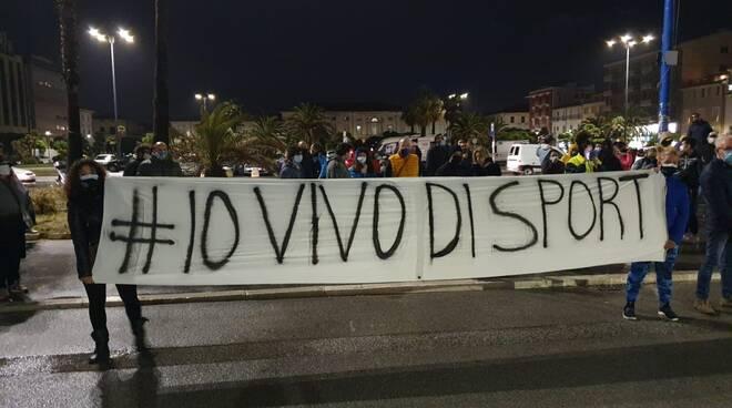 protesta palestre chiusura decreto piazza Mazzini Viareggio