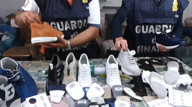 scarpe contraffatte guardia di finanza pisa 7 ottobre 2020