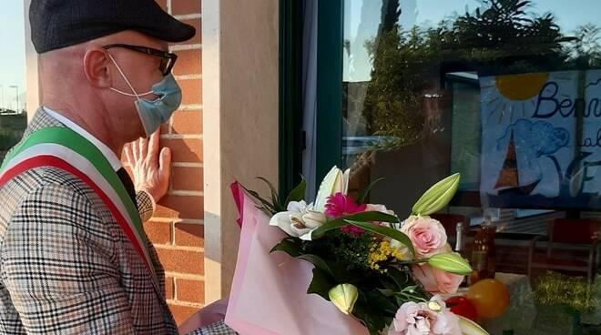 Spinelli fa gli auguri a maria che compie 100 anni