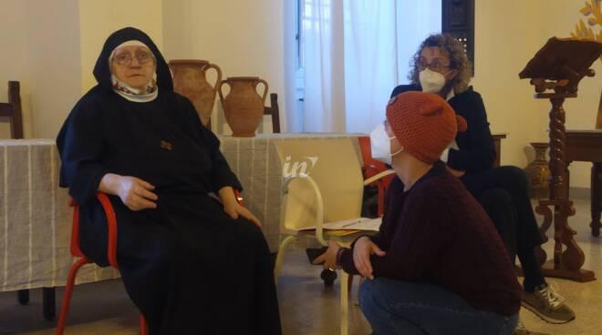 Le storie di suor sandra in avvento dal monastero di santa cristiana a santa croce sull'arno